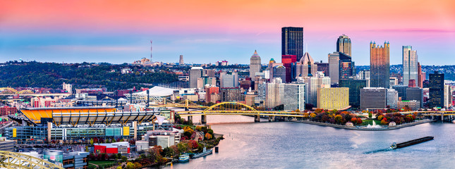 Fotomurales - Pittsburgh, Pennsylvania skyline at sunset and the famous baseball stadium across Allegheny river