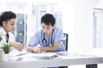 Two doctors are talking in the examination room