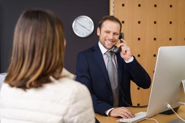 freundlicher hotelmitarbeiter am telefon