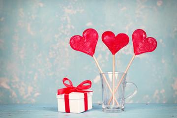 Geschenk mit roten Lollipops