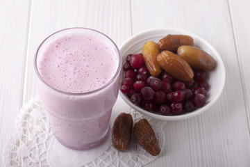 Smoothies of frozen cranberries and dates