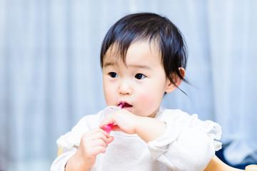自分で歯磨きをしている赤ちゃん