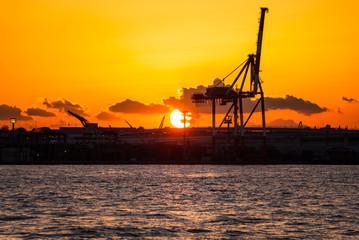 横浜港 クレーンと夕日