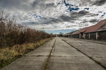 garagen und betonplatz in verlassener kaserne