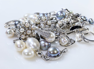 Rings and earrings with pearls