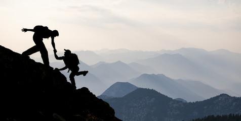 dağcılık yardımlaşması & yardım eden dağcı silüet