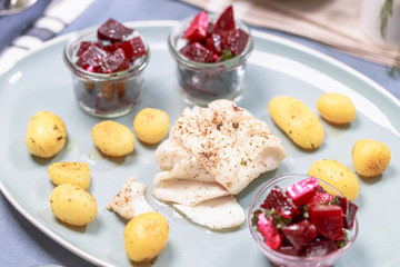Gebratenes Kabeljaufilet mit Röstkartoffeln und Rote Beete Salat