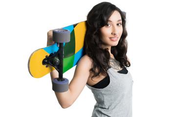 junge Frau mit Longboard vor weißem Hintergrund