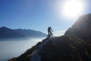 Mountainbiker im Gegenlicht