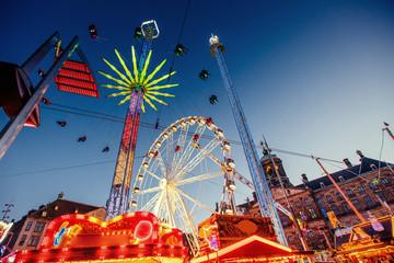 Papiers peints Attraction parc amusement park carousel. Beautiful night lighting. A fairy tale for children