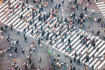 Fotomurales - Fußgänger überqueren eine Straßenkreuzung in Tokyo, Japan