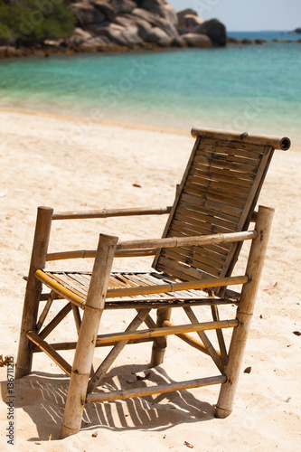 fauteuil en bambou sur une belle plage de sable blanc fotos de archivo e im genes libres de. Black Bedroom Furniture Sets. Home Design Ideas