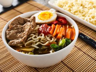 Shoyu-Ramen mit Gemüse und Soja-Fleisch - Shoyu ramen with vegg