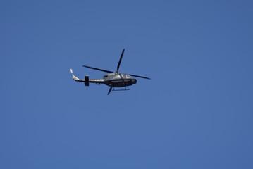 Un hélicoptère militaire survolant la cote Italienne