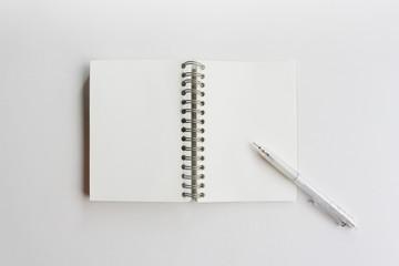 シンプルなノートとシャープペン