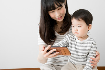 赤ちゃん、親子、携帯電話、スマートフォン、動画、アプリ、ペアルック