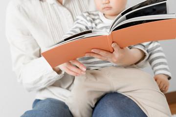 赤ちゃん、本、読み聞かせ、カーペット