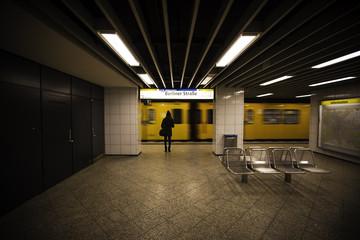 Wartende junge Frau an der U-Bahn Station Berliner Straße in Berlin
