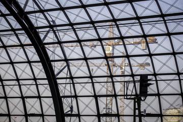 Blick durch die Glaskuppel eines Bahnhofs auf eine Baustelle in Berlin