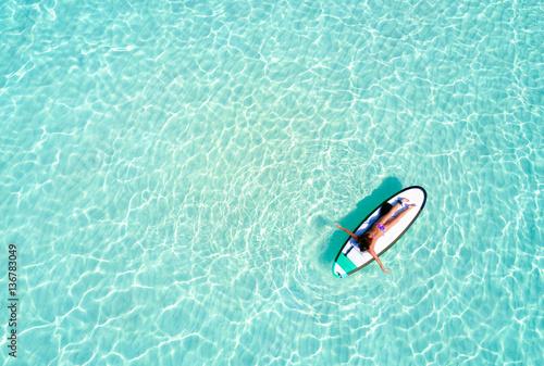 frau auf surfbrett paddelt ber das t rkise wasser der malediven stockfotos und lizenzfreie. Black Bedroom Furniture Sets. Home Design Ideas