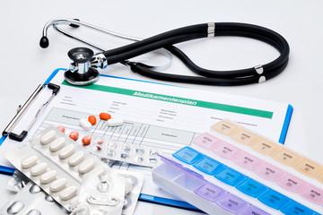 Medikamentenplan, mit Tabletten und Stethoskop