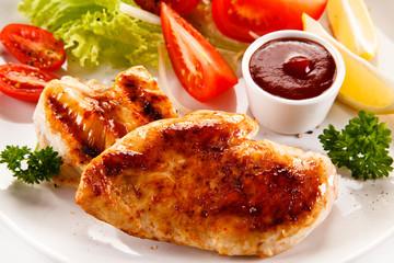 Grilled chicken fillet and vegetables