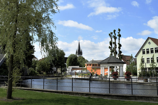 Bad Lippspringe mit Arminius Quelle im Sommer