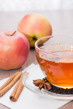 Черный чай, пряности и яблоки