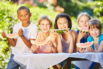 Kinder essen zusammen Melonen