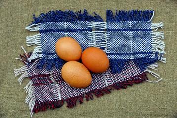 Куриные яйца на шерстяных лоскутах