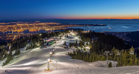 Grouse Mountain ski resort with a beautiful view of Vancouver city, British Columbia, at dusk Fototapete