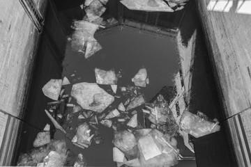 Zerbrochene Eisschollen in einem betonierten Wasserkanal
