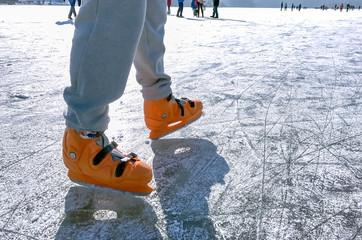 Foto op Plexiglas In het ijs male legs ice skating