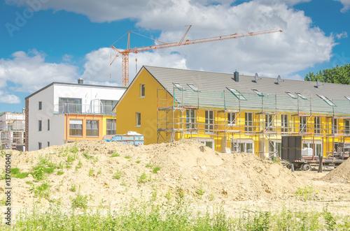 baustelle townhouses stockfotos und lizenzfreie bilder auf bild 137015040. Black Bedroom Furniture Sets. Home Design Ideas