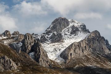 Pico Fontún con nieve en invierno. Montaña Leonesa, León, España.