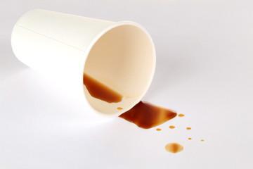 Kaffee aus dem Einwegbecher verschüttet