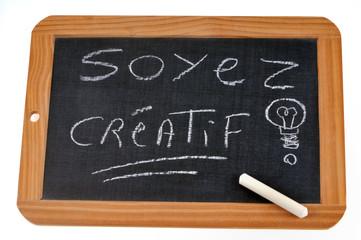 Ardoise avec écrit dessus soyez créatif
