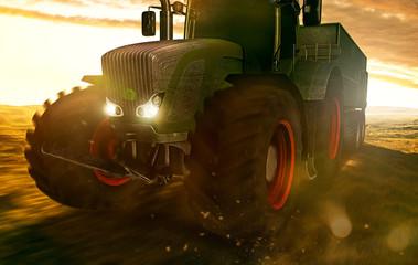 Traktor fährt auf Feld