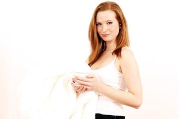 Mädchen mit Nachthemd und weißer Bettdecke