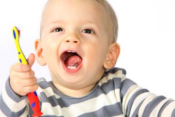 Ein einjähriger Junge putzt sich die Zähne