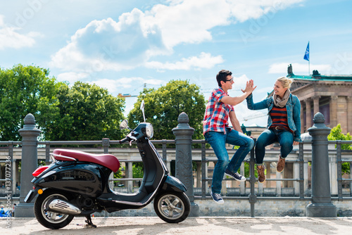 touristenpaar frau und mann macht w hrend vespa tour. Black Bedroom Furniture Sets. Home Design Ideas