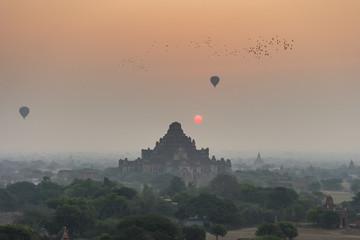 Fotobehang Oranje eclat Sunrise at Bagan