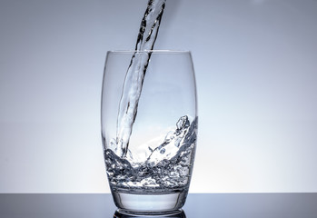 Wasser in Glas einfüllen zum trinken