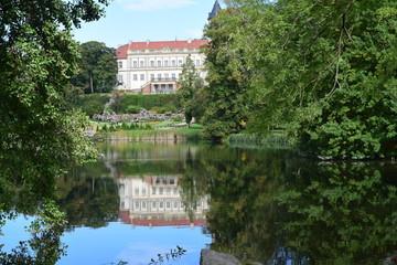 Schloss Wiesenburg und Schlosspark mit Teich, Brandenburg, Deutschland