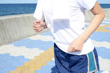 海岸を走る女性