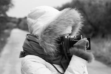 Donna con macchina fotografica vintage