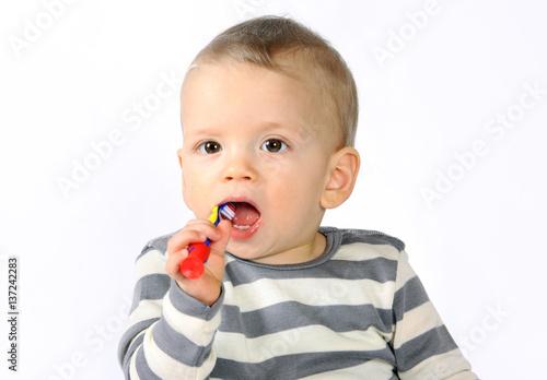 Quot ein einjähriger junge putzt sich die zähne photo libre