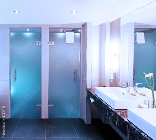 Modernes Badezimmer mit zwei Glastüren\