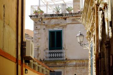 Уютный домик, окна с жалюзи и фонарь в Тропее Калабрия Италия