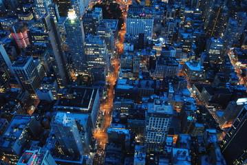 Rozświetlone miasto nocą